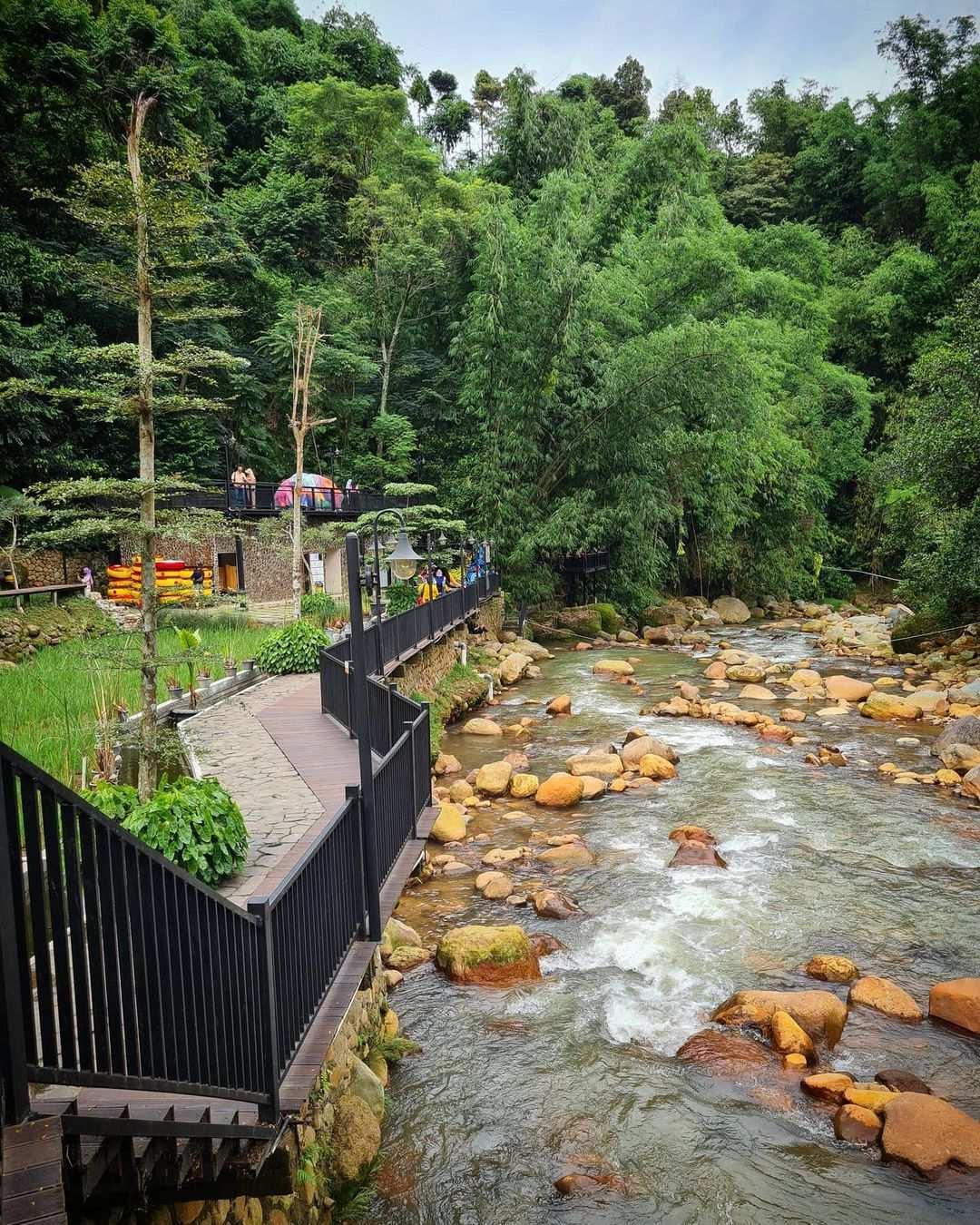 Sungai Cikuluwung di Pinggi Kopi Tubing Image From @inspiringfoodstory