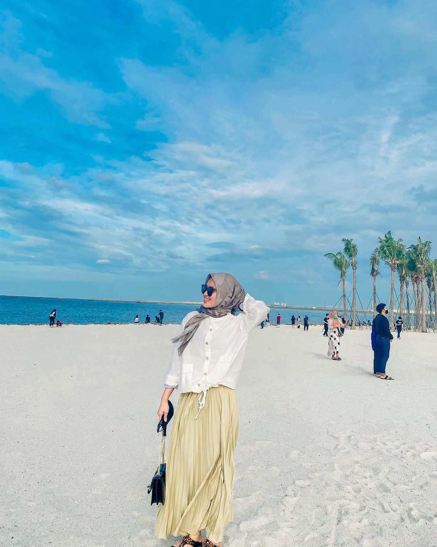 Berfoto di Pantai Pasir Putih PIK 2 Image From @salwaluth