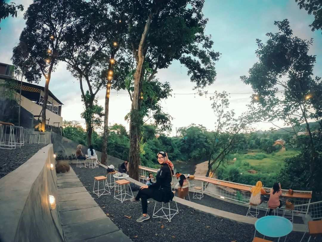 Berfoto Di Sisi Barat Coffee Bogor Image From @tinnyoktvny