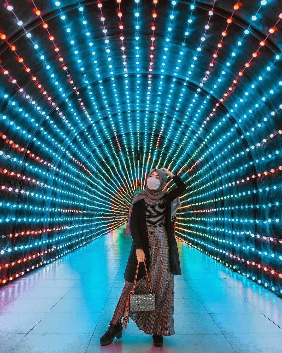 Berfoto di Terowongan Lampu Yang ada di Malang Night Paradise Image From @muliya_jazz