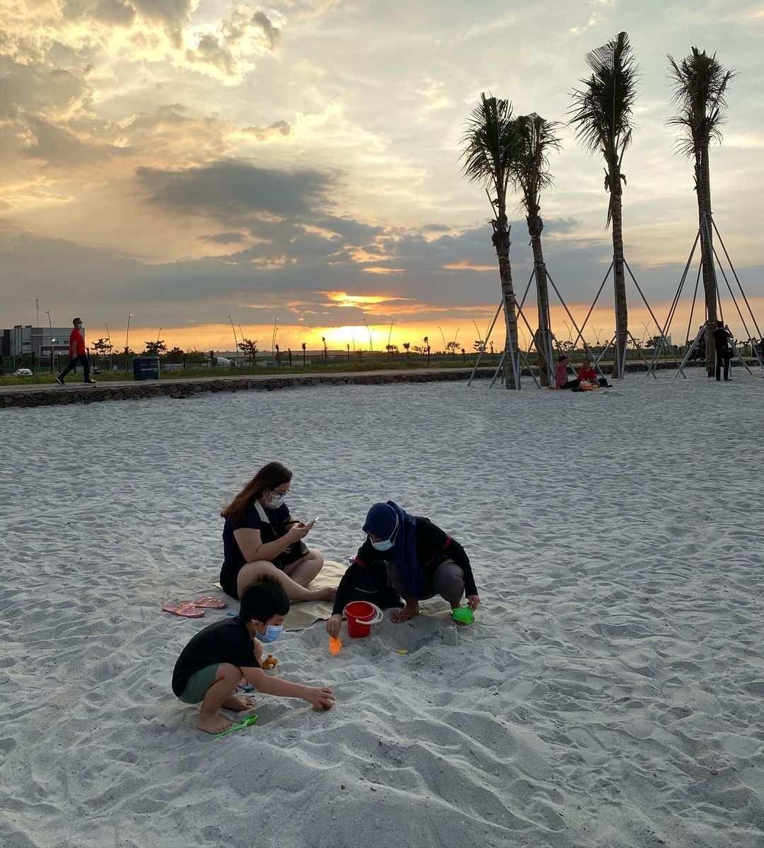 Bermain Pasir di Pantai Pasir Putih Jakarta Utara Image From @hanschristianshen