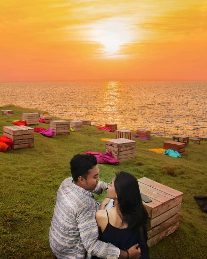Menikmati Sunset Bersama Pasangan Di Pantai Cinta Kedungu Bali Image From @yulialaksmii