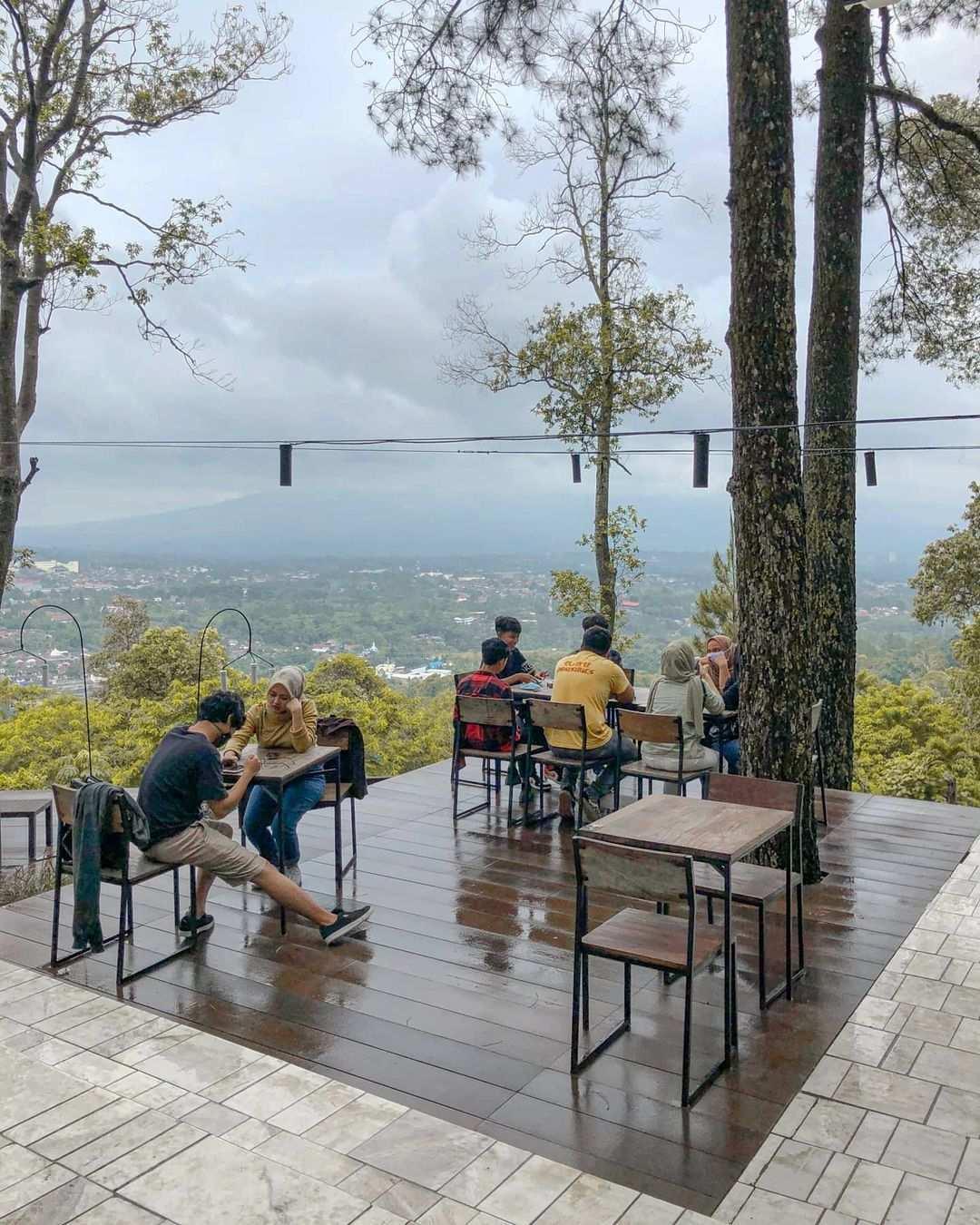 Nongkrong Sembari Menikmati Pemandangan di Cafe Pasir Angin bogor Image From @rizkisetiawant