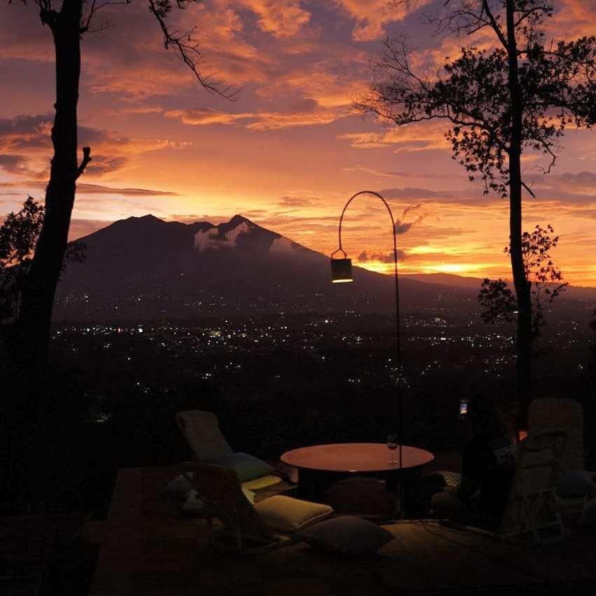 Pemandangan Sunset di Cafe Pasir Angin bogor Image From @pasirangin_