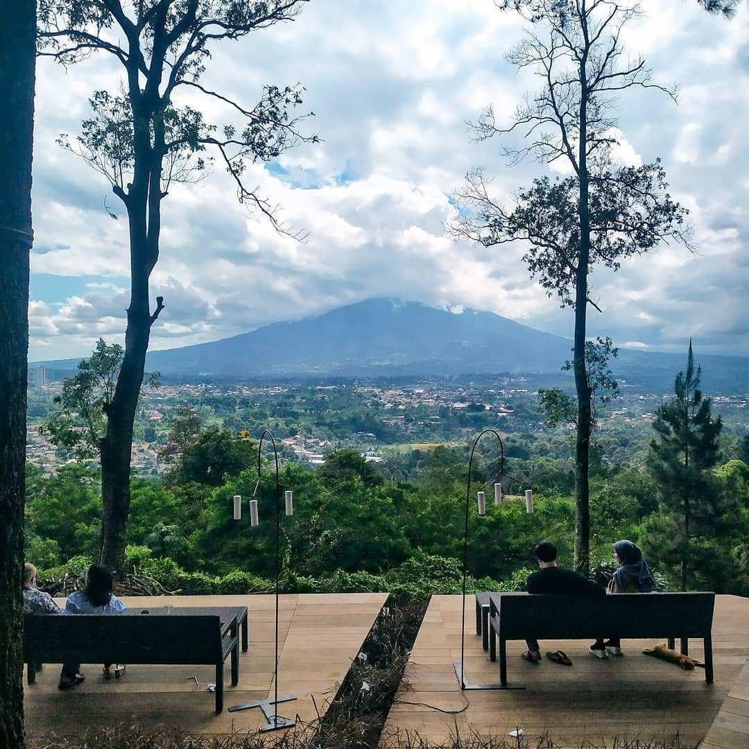 View Gunung di Cafe Pasir Angin Megamendung bogor Image From @nadi_ngopi