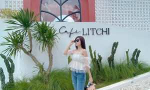 Berfoto Di Depan Litchi Cafe Malang Image From @angeliquiee
