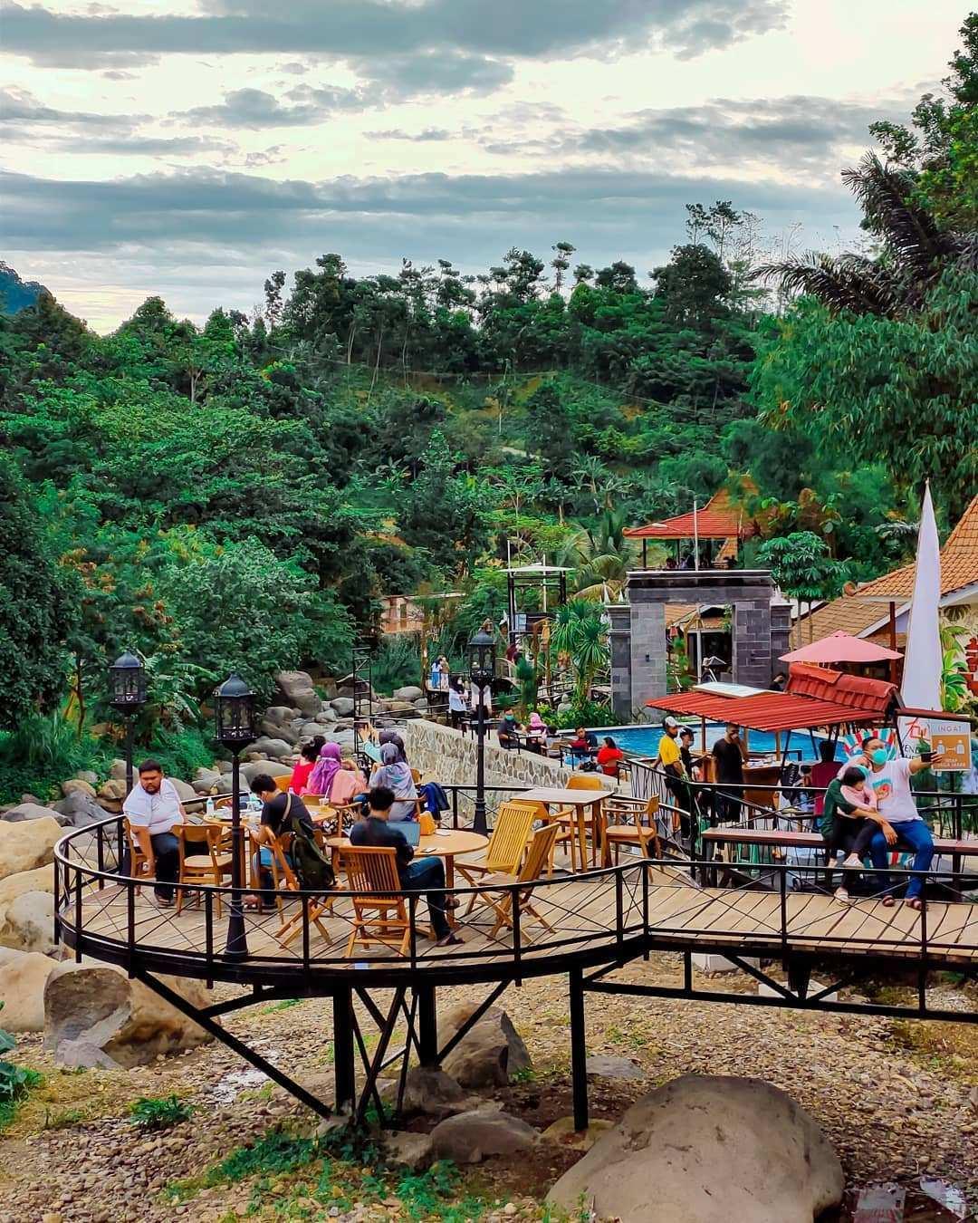 Suasana Pengunjung di Pendopo Ciherang Bogor Image From @hadiwibowooo