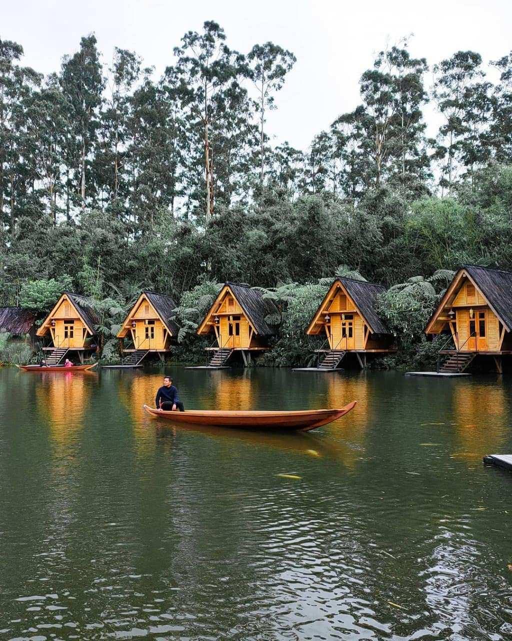 Menaiki Perahu di Dusun Bambu Lembang Image From @harryindraa