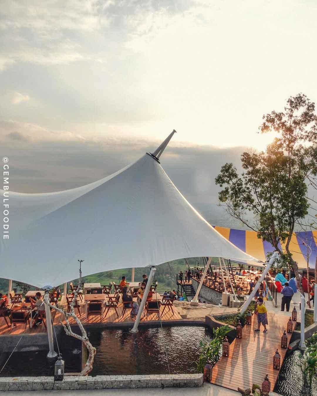 Suasana di Obelix Hills Jogja Image From @gembulfoodie