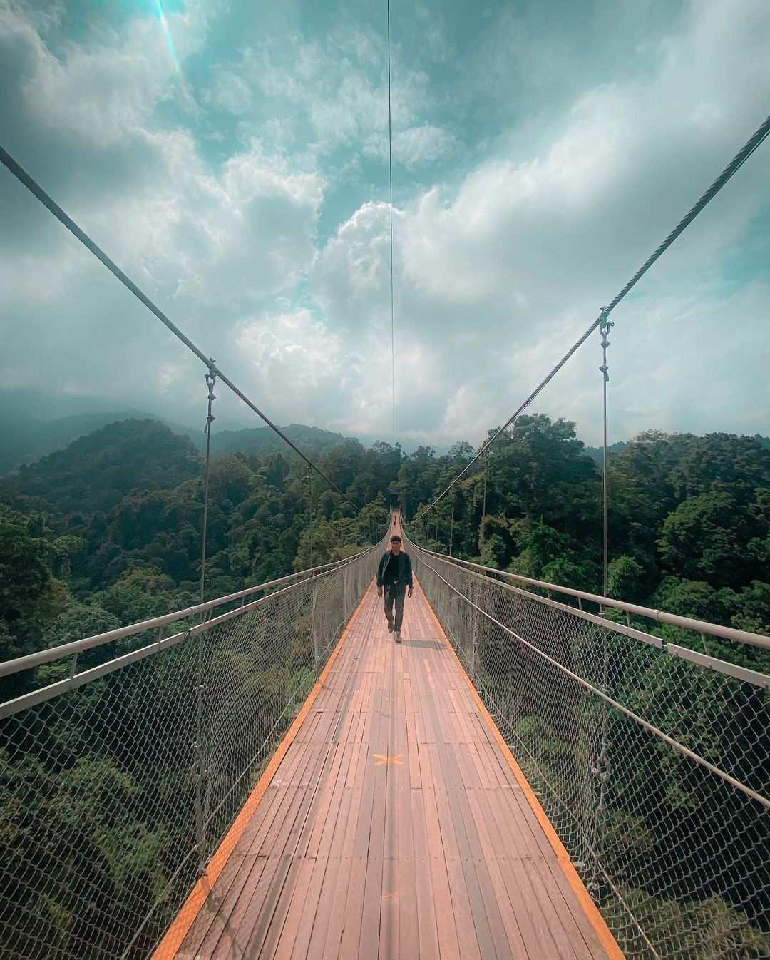 Berfoto di Situ Gunung Suspension Bridge Image From @christanta_