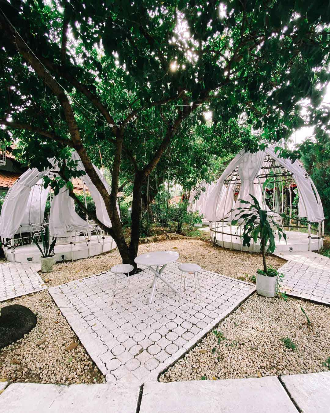 Suasana Cafe Kokonut Curtains Jakarta Bagian Outdoor Image From @oppakuliner