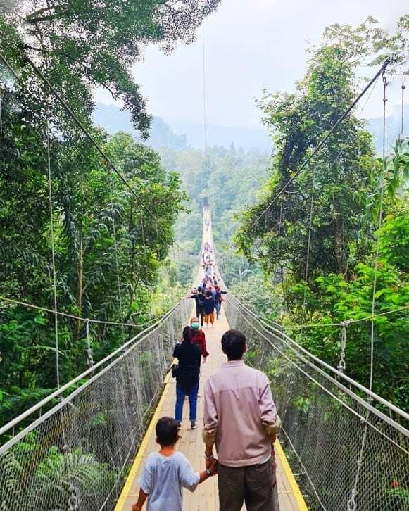Suasana Pengunjung di Situ Gunung Suspension Bridge Image From @citharia