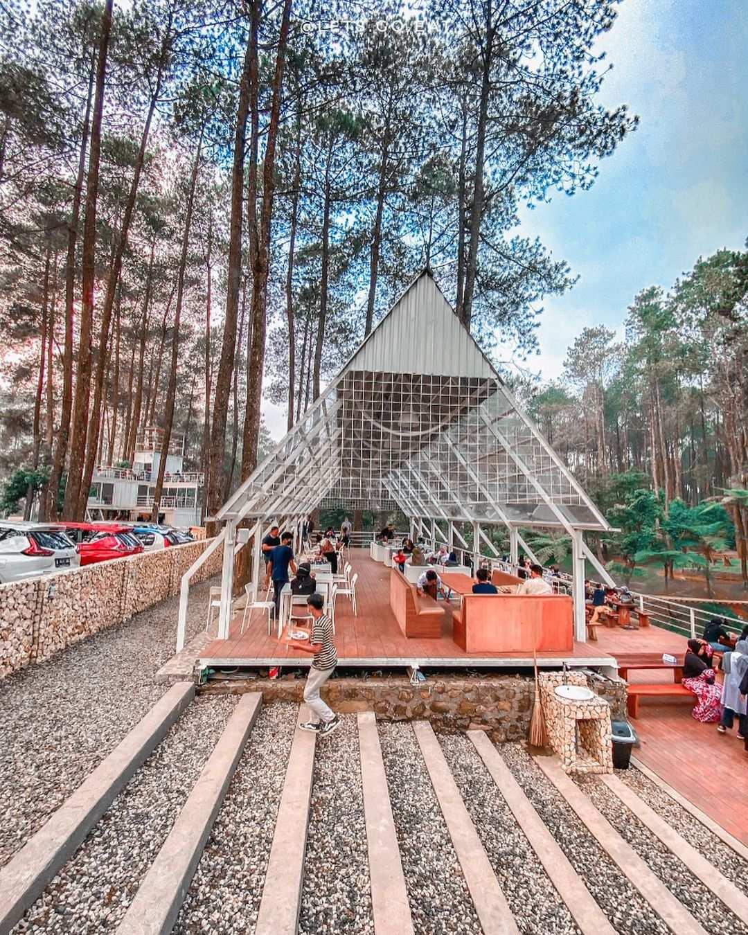 Suasana Di Warung Kopi Gunung Cikole Bandung Image From @warungkopigunung