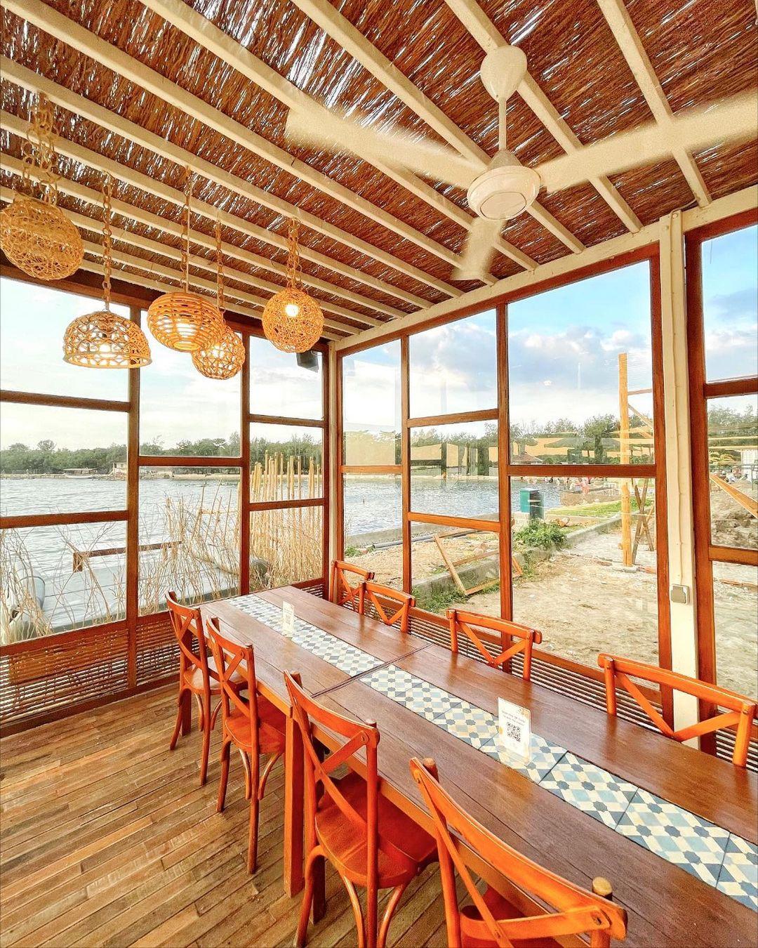 Bagian Indoor La Playa Cafe Semarang Image From @travelokaeats