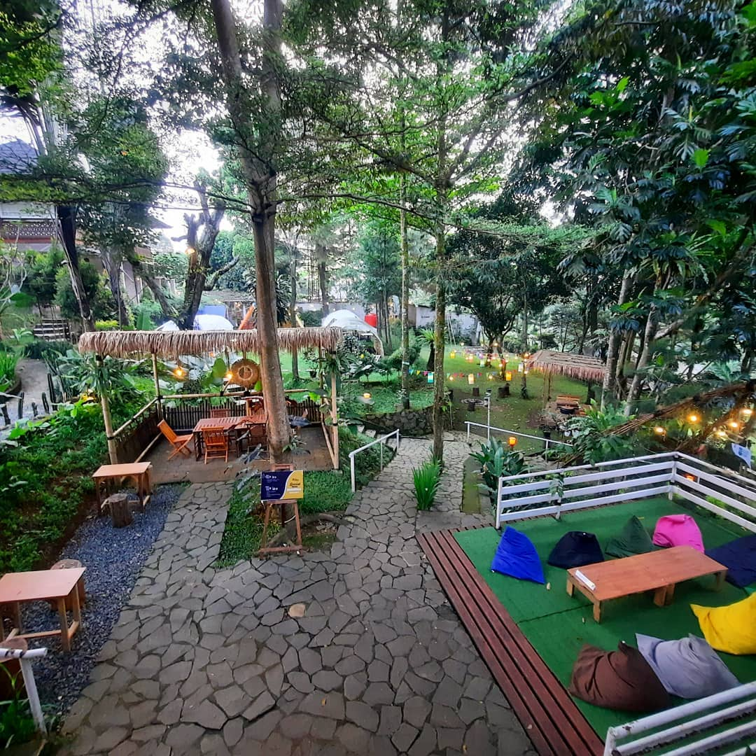 Bagian Outdoor Di The Ironbee Cafe Megamendung Image From @the_ironbee