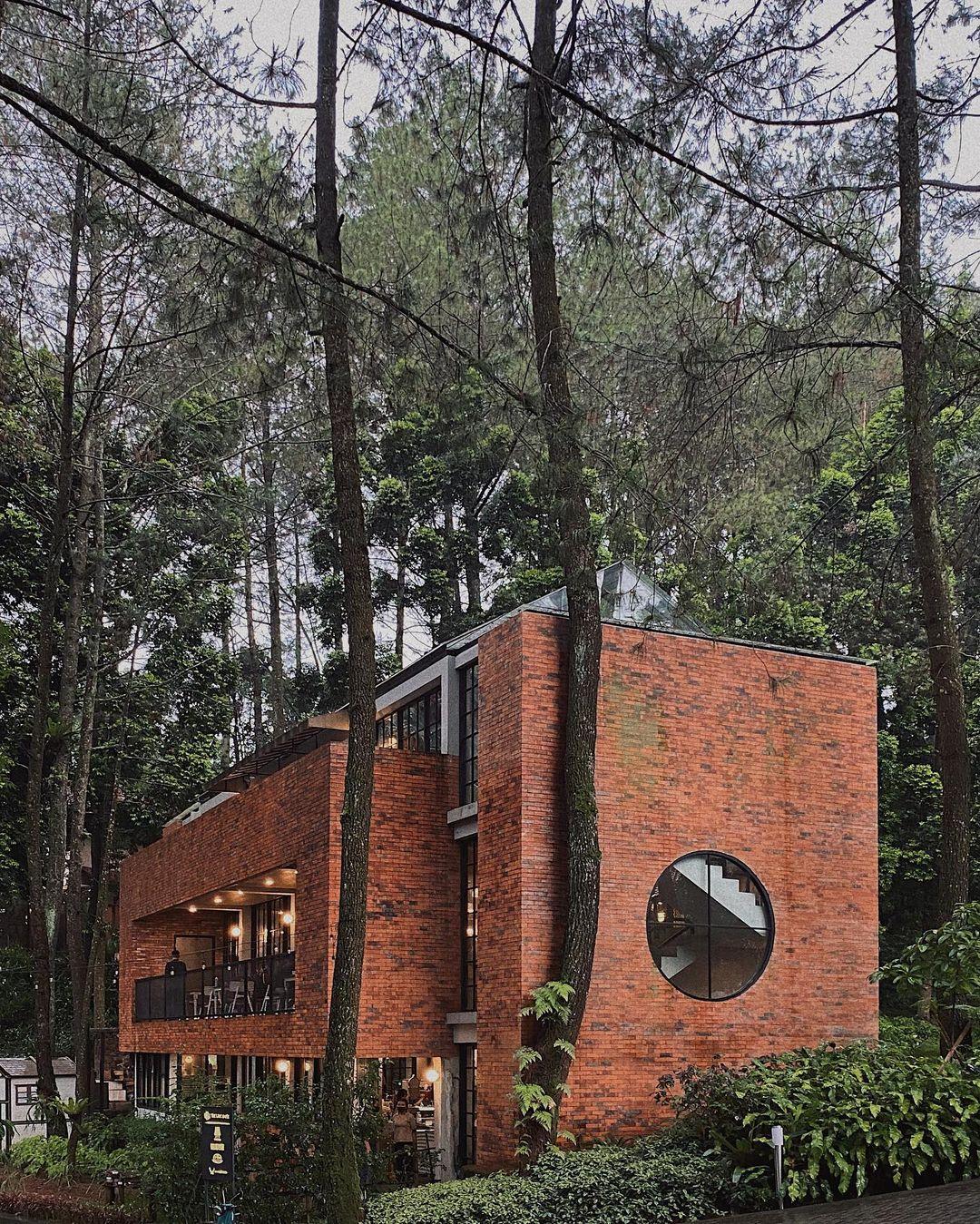 Bagian Samping The Lake House Bogor Image From @anditwndap