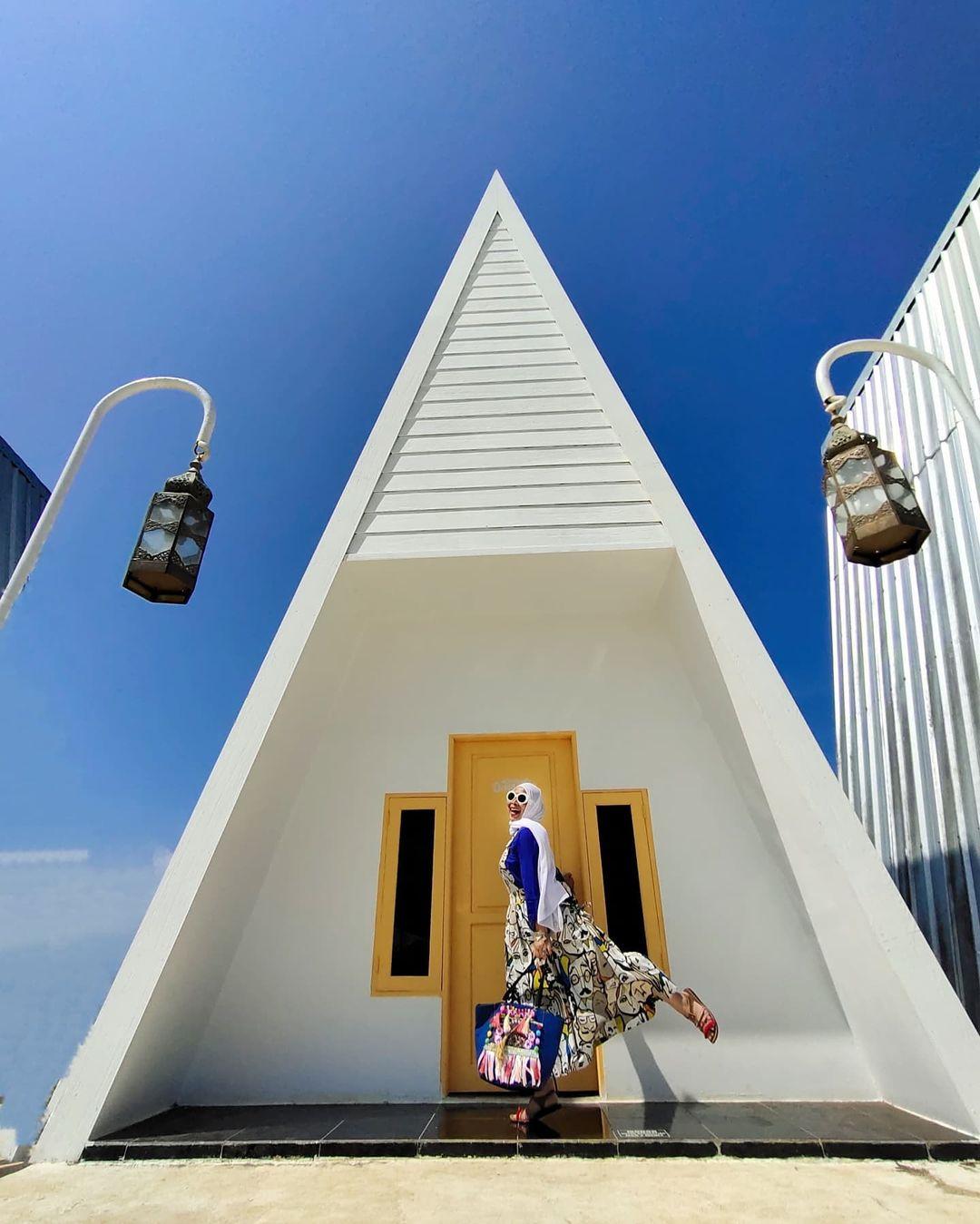 Berfoto Di Depan Bangunan Di Karang Potong Cianjur Image From @ligar_elgi