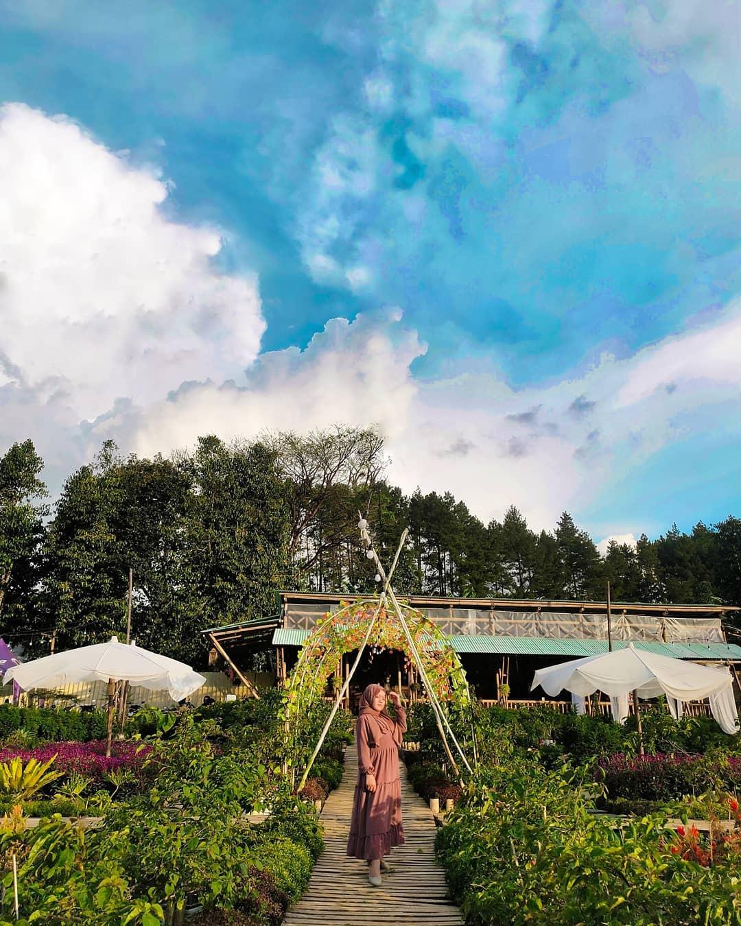 Berfoto Di Tapos Garden Image From @sitirahmaa2807