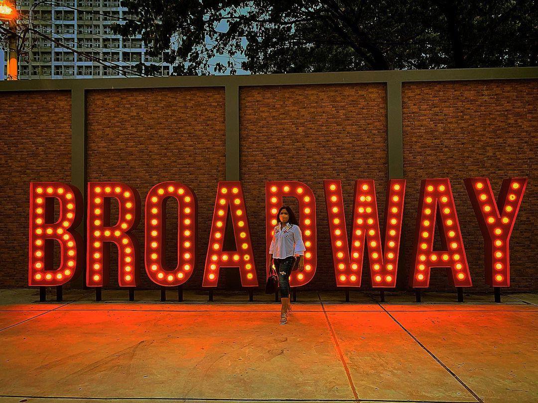 Berfoto Di Tulisan Broadway Image From @euniqe_photo