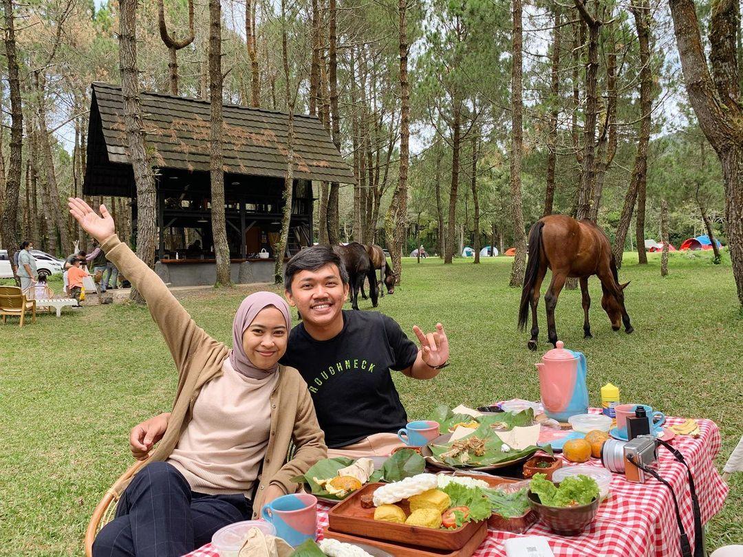 Makan Di Temani Kuda Di Jungle Milk Lembang Image From @iin Auliaa