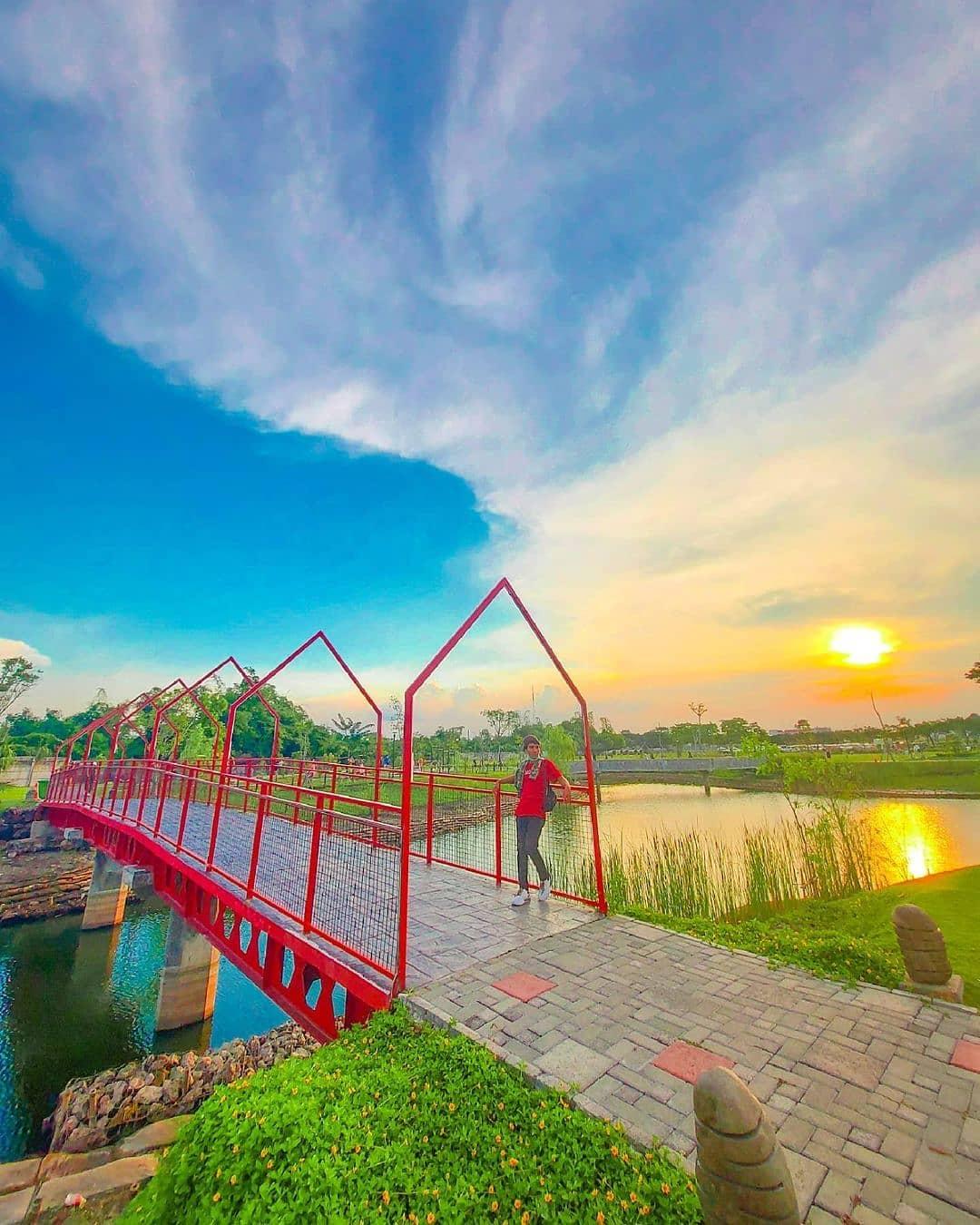 Spot Foto Jembatan Merah Di Danau Graha Natura Image From @lovesuroboyo