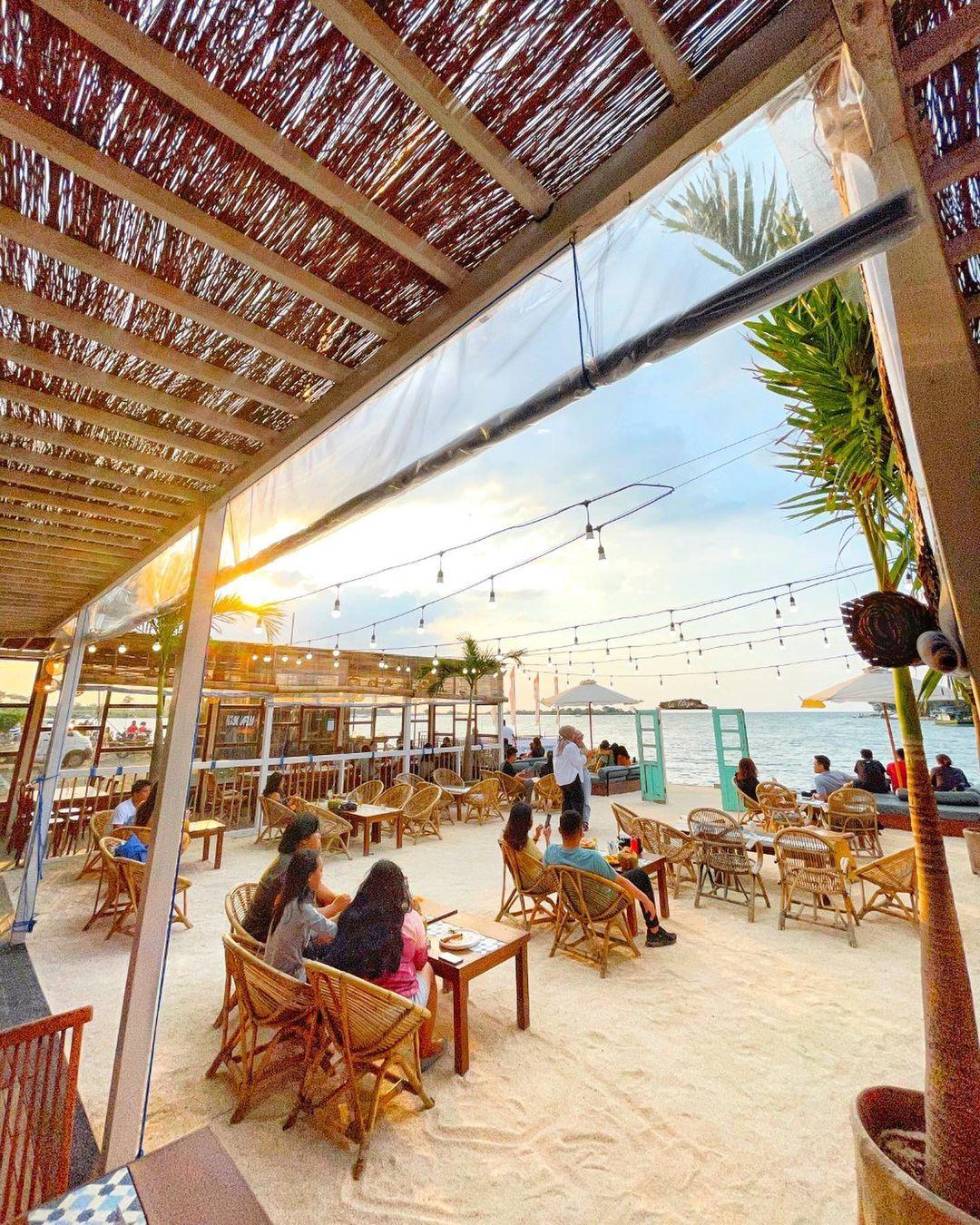 Suasana Pengnjung Di La Playa Cafe Semarang Image From @travelokaeats