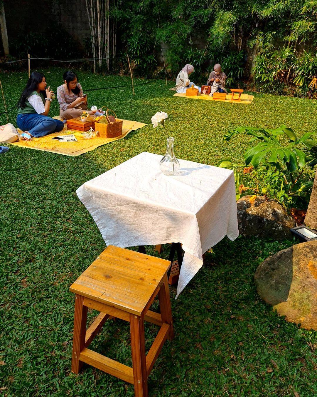 Suasana Pengunjung Di Coffee Dia Jakarta Image From @ellyshuang