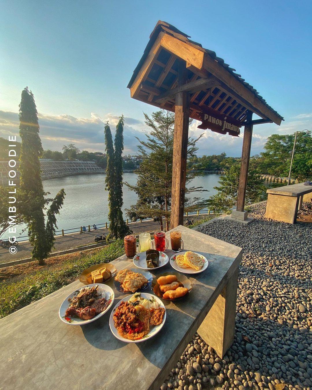 Foto Makan Dengan Pemandangan Tambak Boyo Di Pawon Jinawi Image From @gembulfoodie