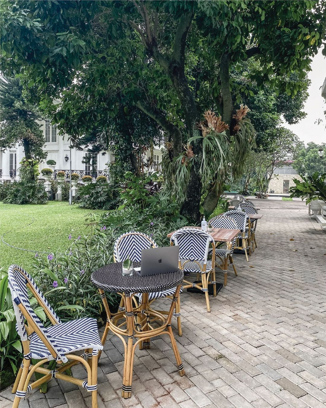 Meja Kursi Outdoor Di The Manor Cafe Image From @themanor Cafe_