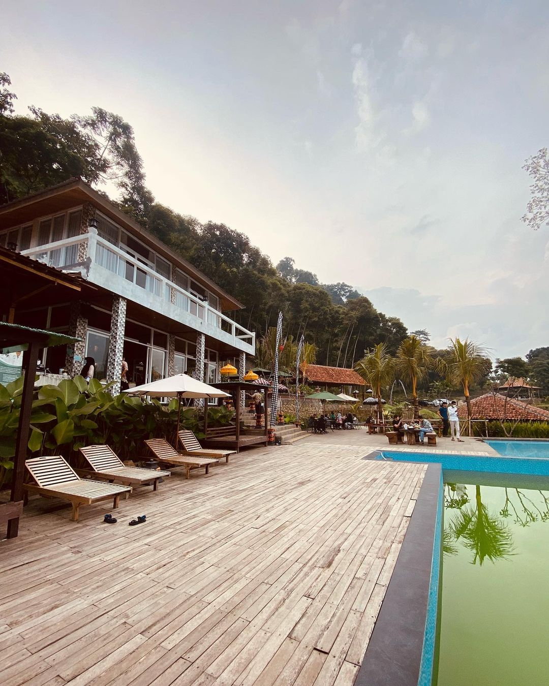 Pinggir Kolam Renang Di Mandapa Kirana Resort Sentul Image From @daniel_candra