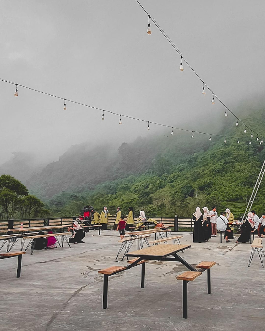 Suasana Pengunjung Di Aworjiwa Coffee Bromo Image From @kuliner_jember