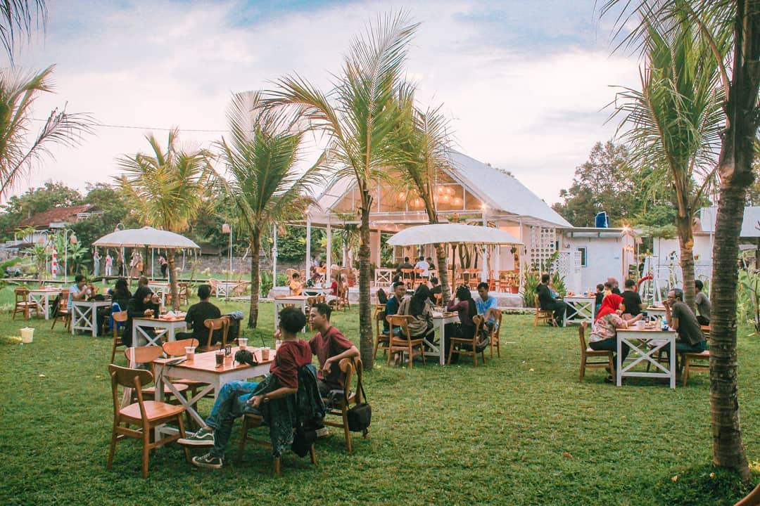 Suasana Pengunjung Di Padiku Eatery Coffee Sleman Image From @danyalbar_se