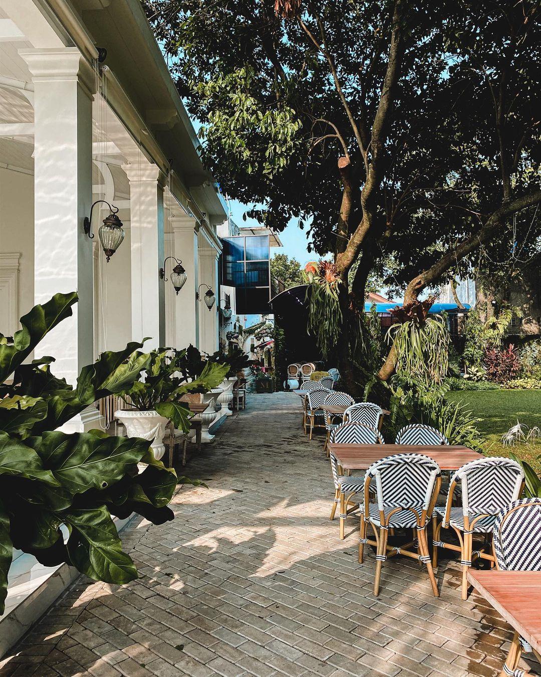 Suasana Rindang Di The Manor Cafe Image From @nandarasman