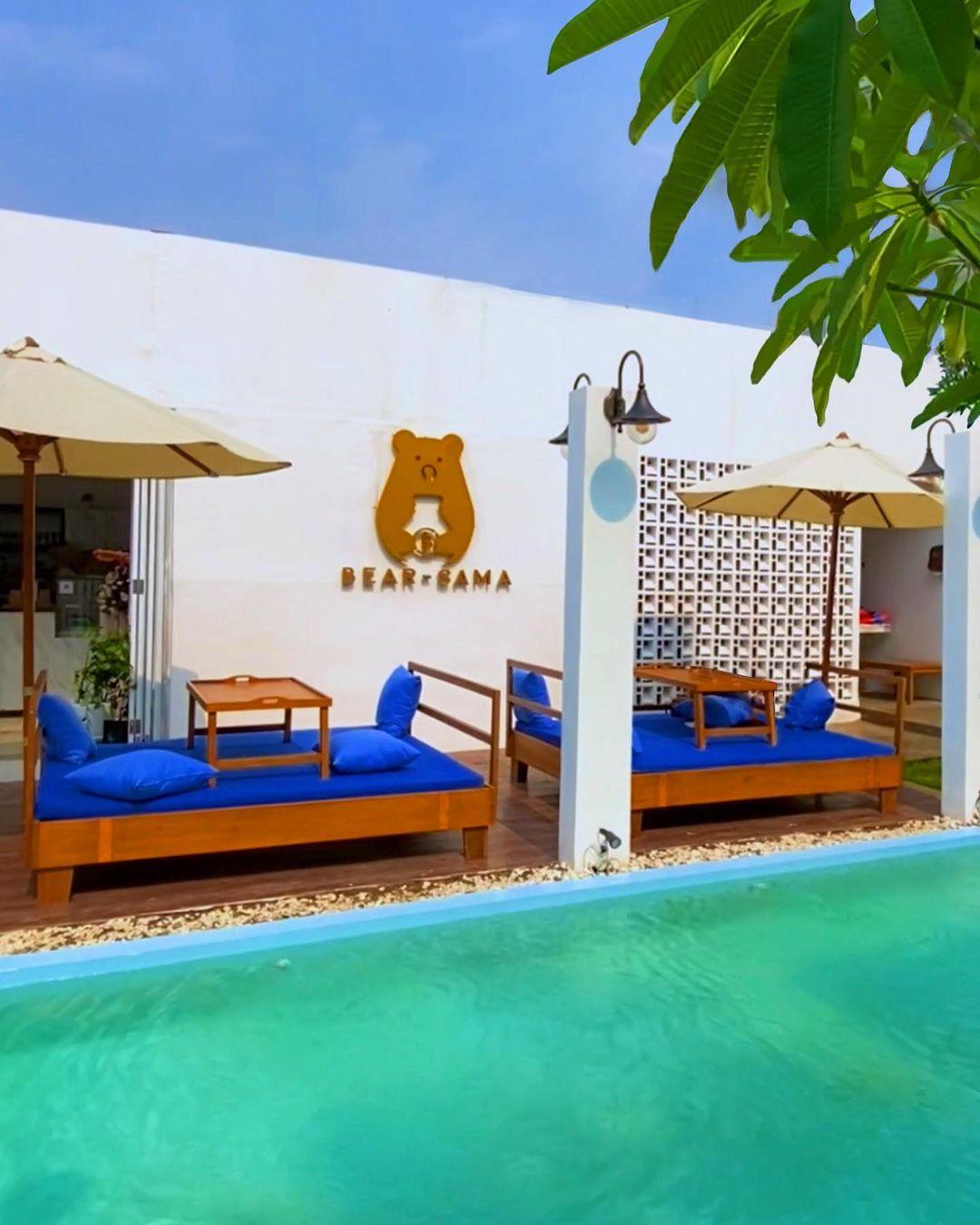 Tempat Duduk Di Pinggir Kolam Bear Sama Cafe Image From @jkt Spot_